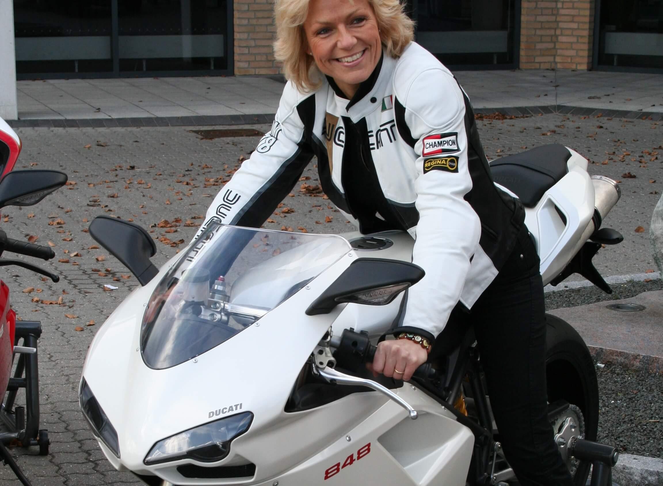 Gitte Sparsø ved Intuitiv Management på ducati motorcykel