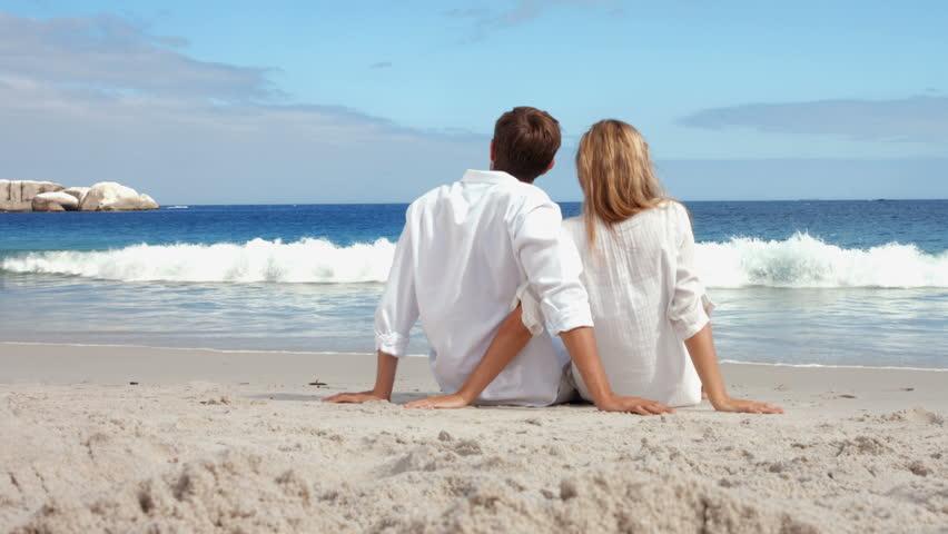 par på strand siddende